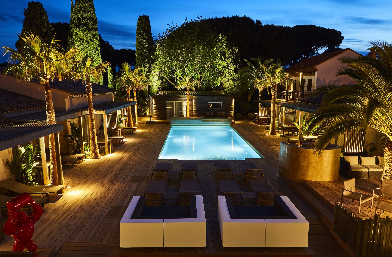 Terrasse et piscine au crépuscule à la Villa Cosy